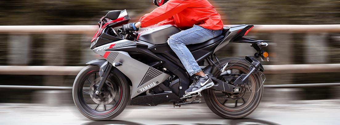 Hombre circulando en una moto a gran velocidad