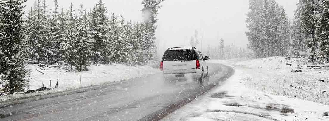 coche circulando con nieve