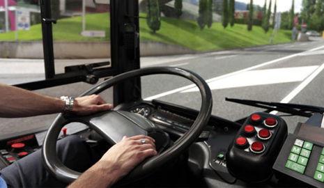 visión de volante de un autobús con unas manos cogiéndolo