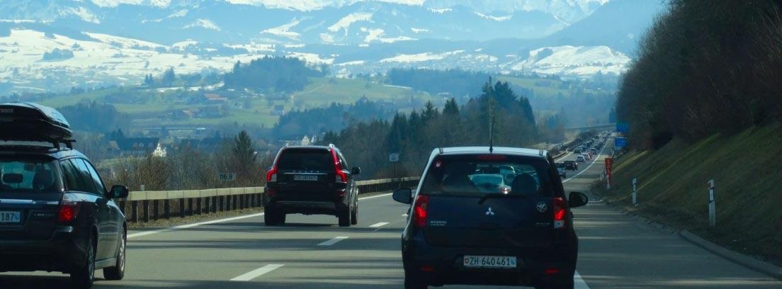 Varios coches circulando por una autovía