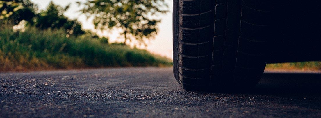 Primer plano de la rueda de un coche