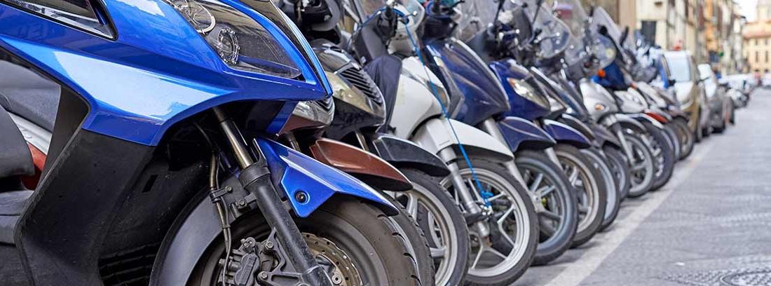 Varias sccoters aparcadas en una calle