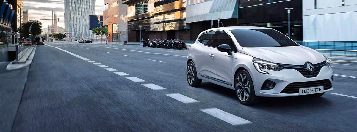 Renault Clío E-TECH blanco circulando