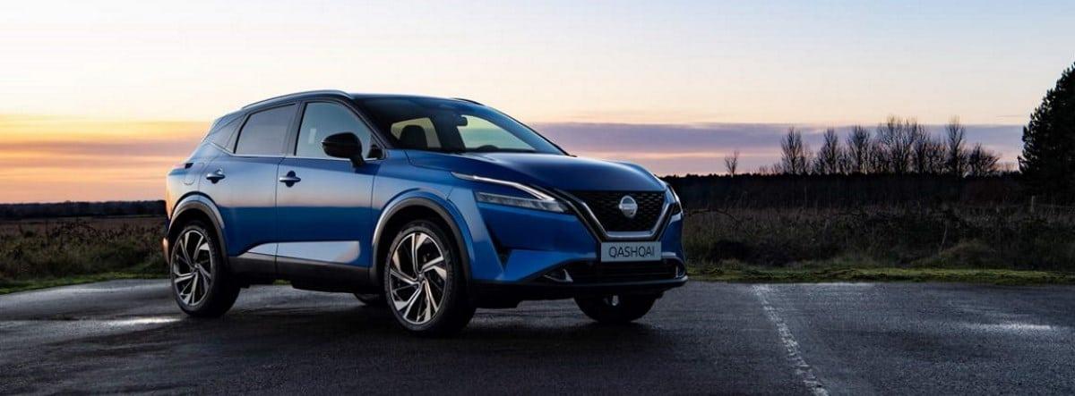 Nissan Qashqai 2021 azul parado durante una puesta de sol