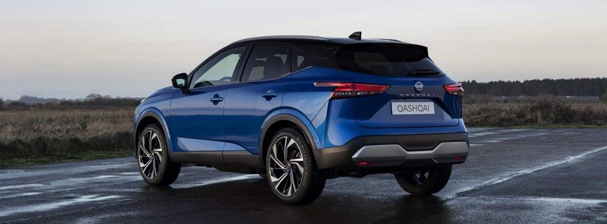 Nissan Qashqai 2021 azul parado sobre una explanada de cemento