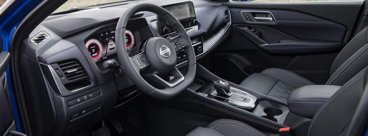 Vista del habitáculo delantero del nuevo Nissan Qashqai 2021 desde la puerta del conductor