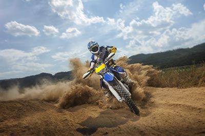 moto de cross sobre tierra