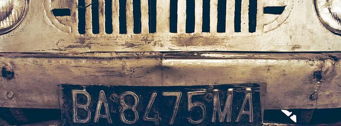 Matrícula de coche con caracteres ligeramente borrados