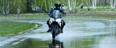 Conducir tu moto en lluvia