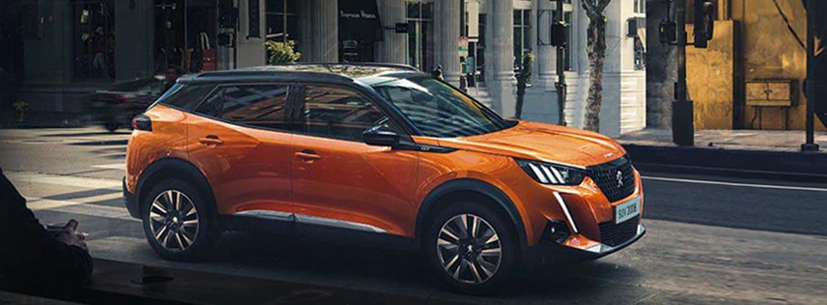 Peugeot 2008 naranja circulando por la ciudad