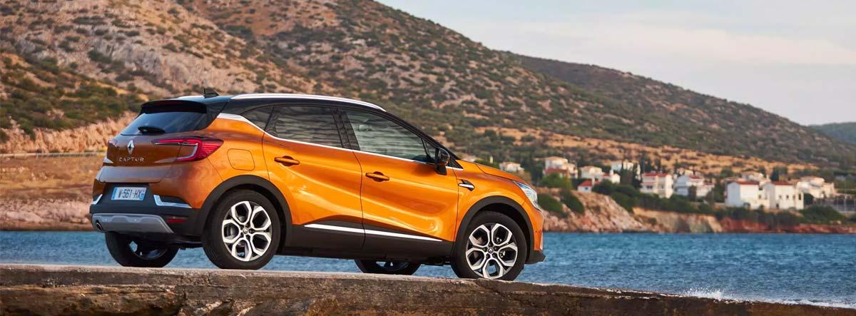 Renault Captur aparcado junto al mar