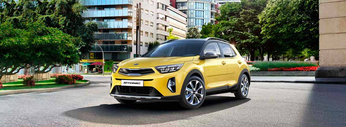 Kia Stonic en amarillo aparcado en la calle