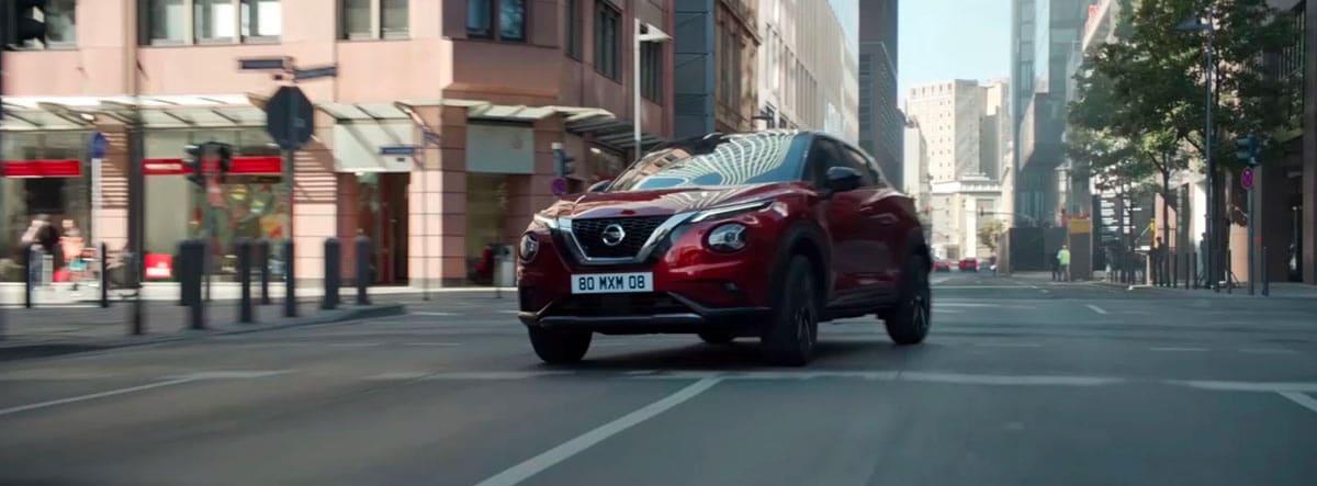 Nissan Juke rojo circulando por la cuidad