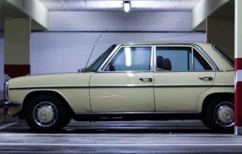 Coche antiguo estacionado en un garaje