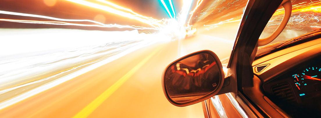 Vista del retrovisor de un coche circulando a gran velocidad