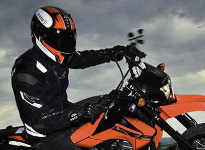Casco de moto con pantalla oscura
