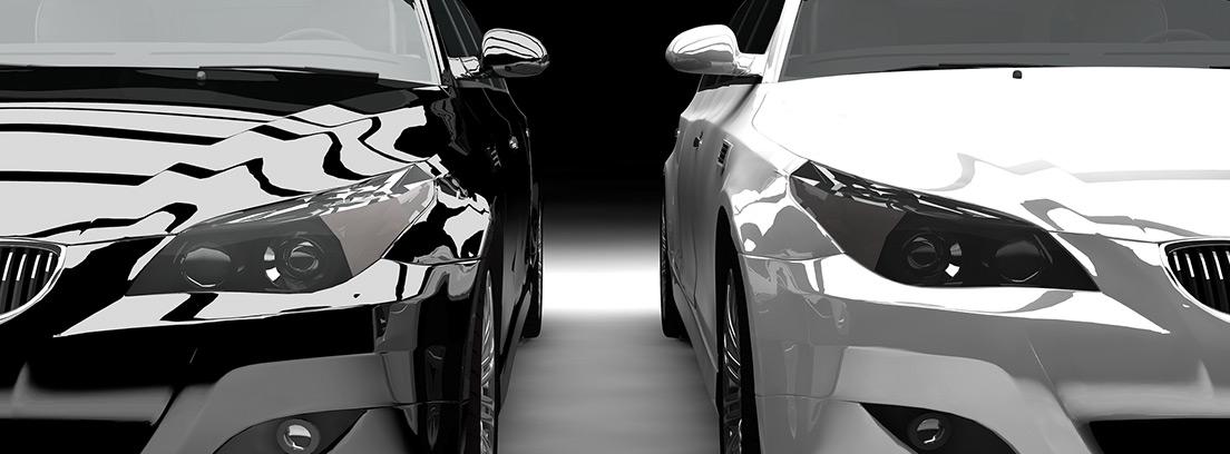 Dos coches de lujo uno blanco y uno negro