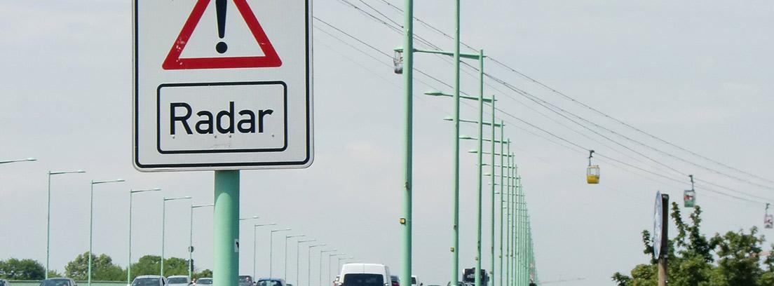 Señal de tráfico en una carretera que indica un radar