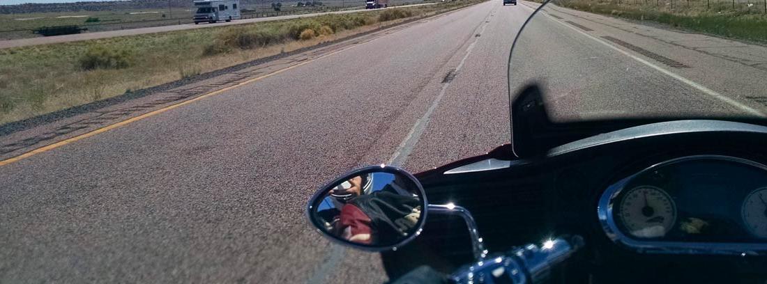 Vista del panel central de una moto circulando por una autopista