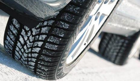 Neumático de invierno sobre la nieve