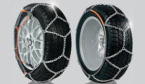 Cadenas de coche colocadas sobre dos neumáticos