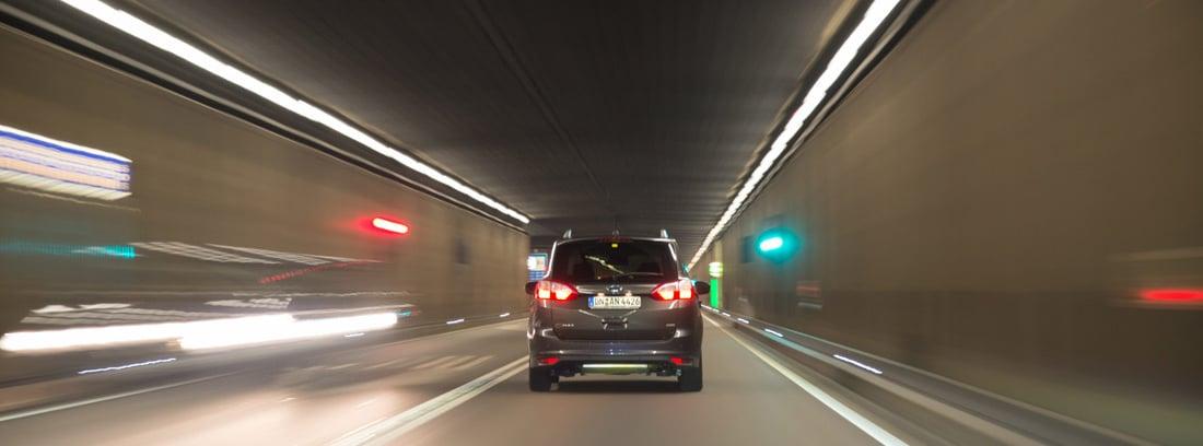 Vista trasera de un coche circulando a gran velocidad por un túnel