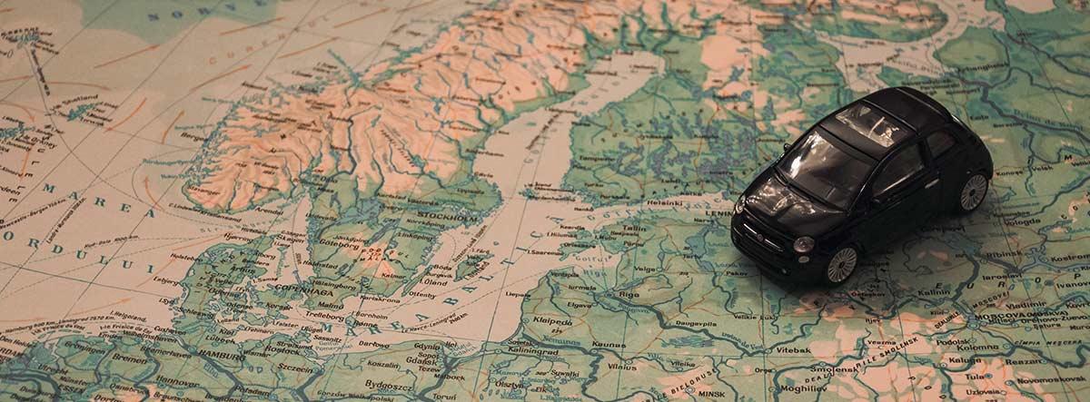 Coche de juguete sobre un mapa de Europa