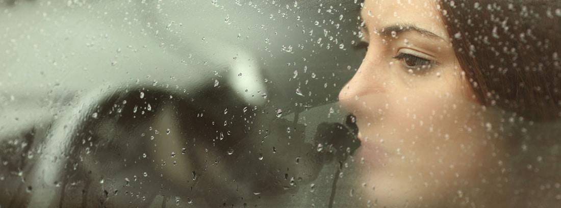 mujer ventanilla coche empañada