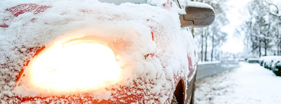 Coche rojo bajo la nieve