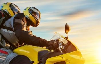 Dos Personas sobre una moto superdeportiva
