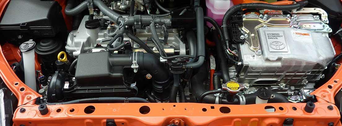 Coche con el capó abierto mostrando el motor y la batería