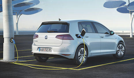 Volkswagen eléctrico cargando en unas estructuras solares
