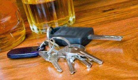 Cómo afecta el alcohol a la conducción llaves de coche y bebida