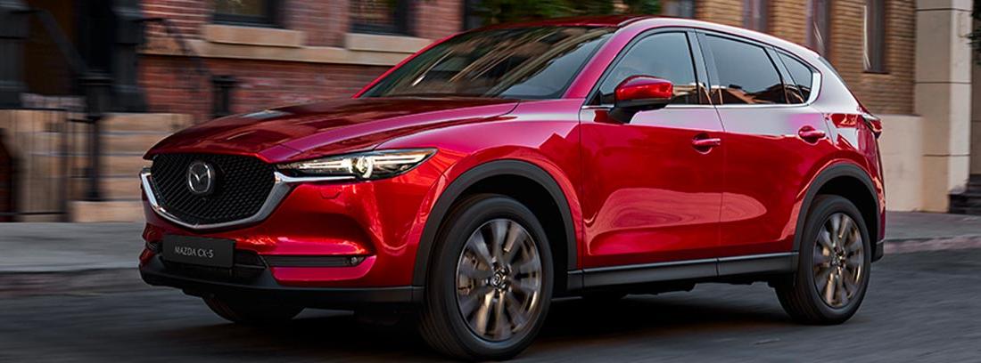 Mazda CX-5 en rojo circulando por la calle