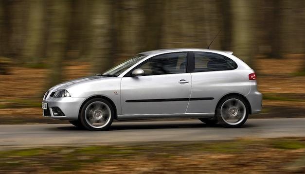 Seat Ibiza gris de tres puertas en marcha