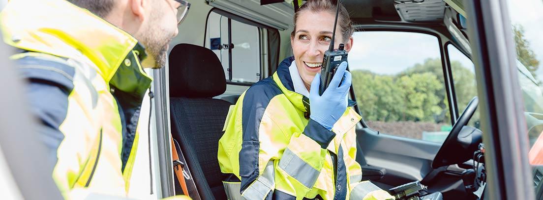 Personal sanitario en una ambulancia