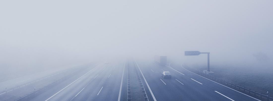 Carretera cubierta de niebla