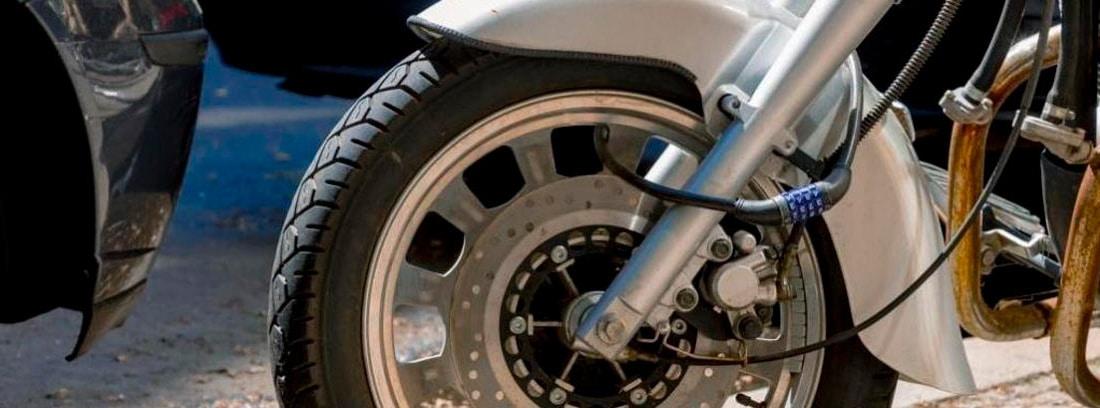 Primer plano de una rueda de moto con sistema antirrobo