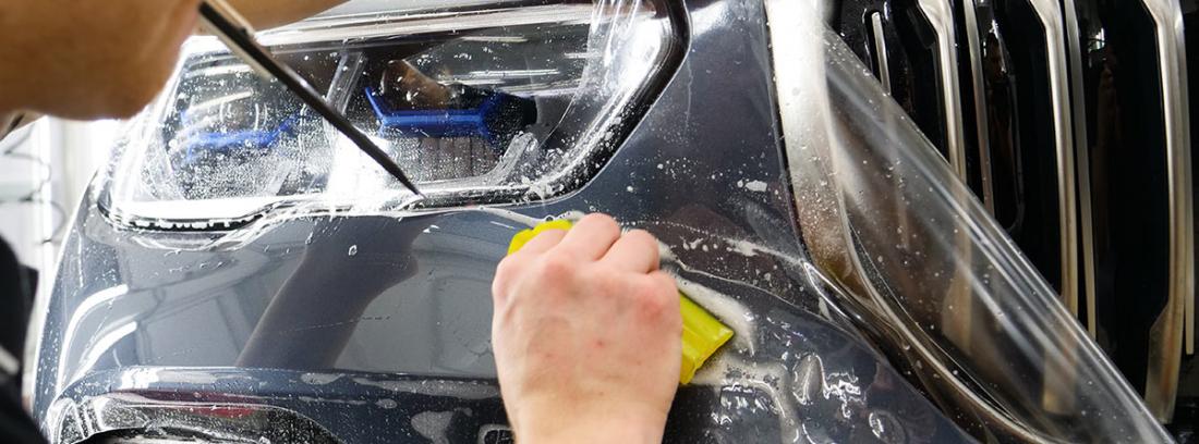 Proceso de instalación de un film protector de la pintura del coche