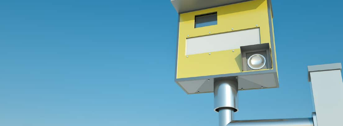 Radar colocado sobre una carretera