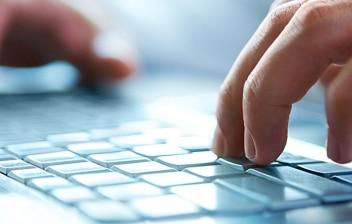 Manos sobre el teclado de un ordenador