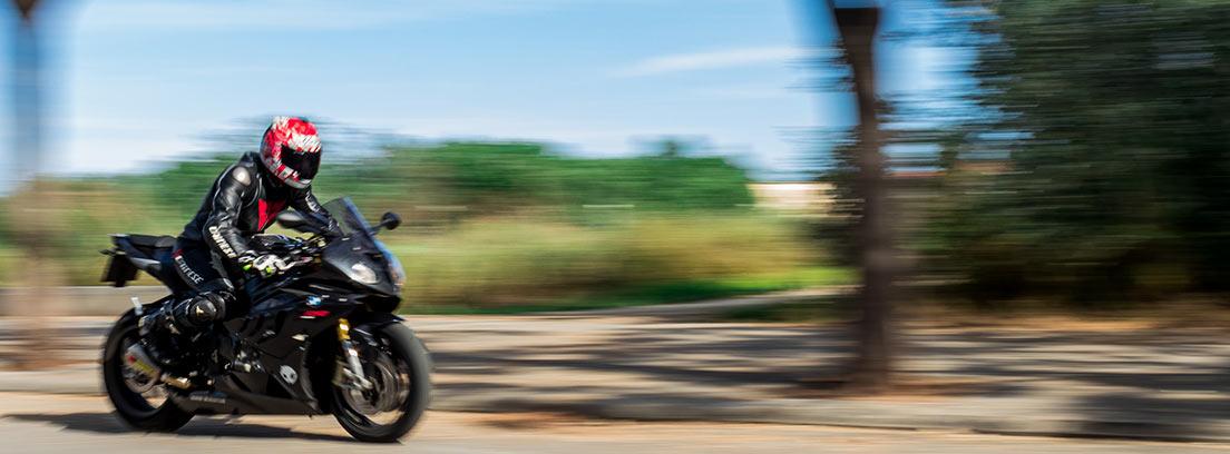 : Moto corriendo por una carretera