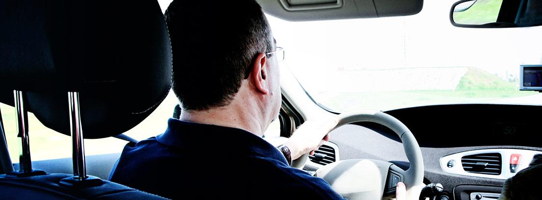Vista trasera de un conductor