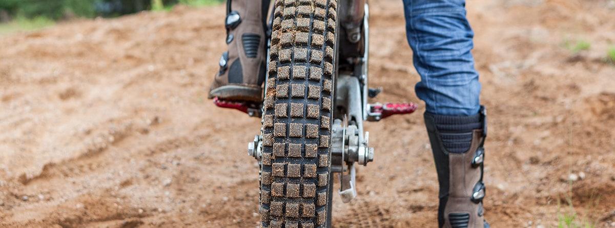 Pie sobre el pedal de una moto
