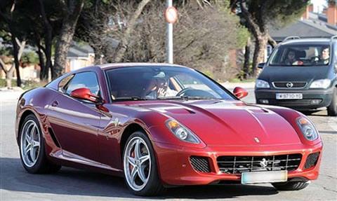 Ferrari 599 GTB Fiorano rojo con Cristiano Ronaldo en su interior