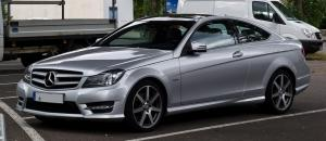 Mercedes-Benz C-Class Sports Coupe plata aparcado en la calle