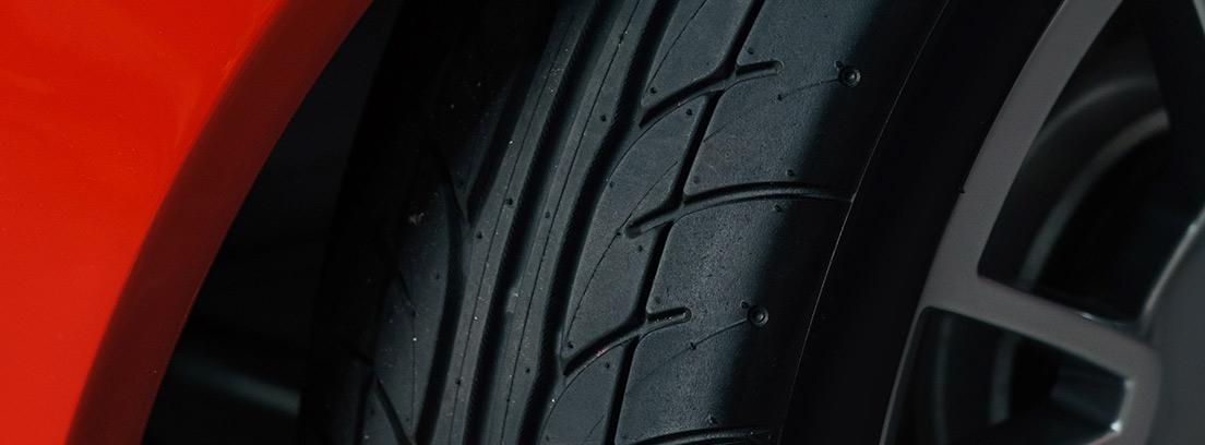 Neumático deportivo en un coche rojo