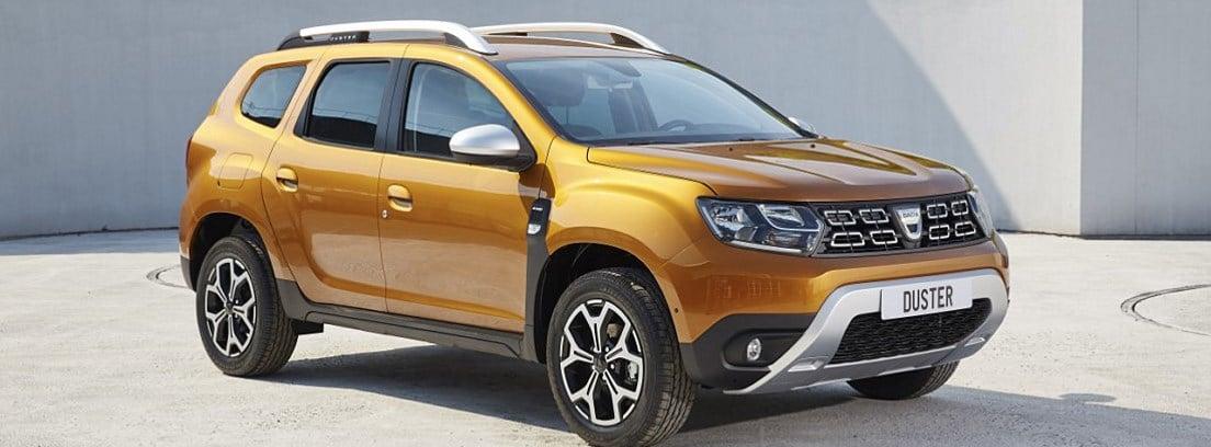 Dacia Duster naranja aparcado