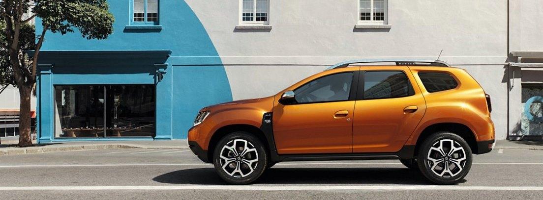 Dacia Duster naranja circulando por una ciudad