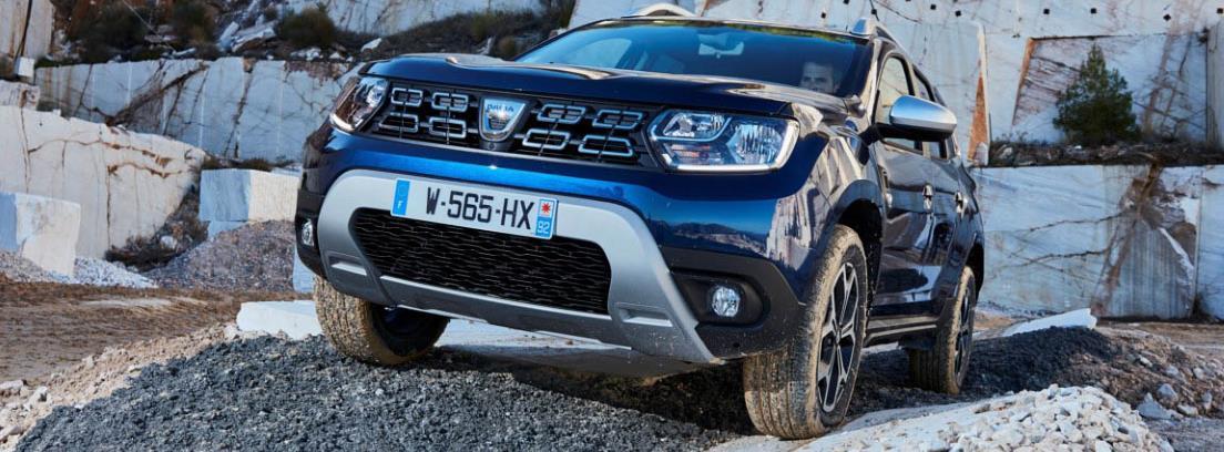 Dacia Duster azul aparcado sobre un montículo de piedras